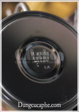Đáy ấm rót có dập logo hario - Made in Japan và dung tích 1.2L
