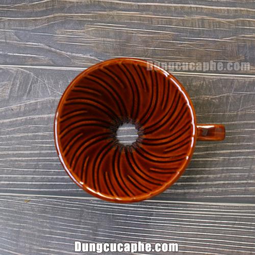 Đường vân xoáy theo chiều kim đồng hồ của phễu lọc cà phê V60 Tiamo