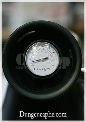 Đồng hồ đo nhiệt độ được gắn với nắp của ấm Fellow và có thêm khoảng chia nhiệt độ tối ưu để pha cà phê