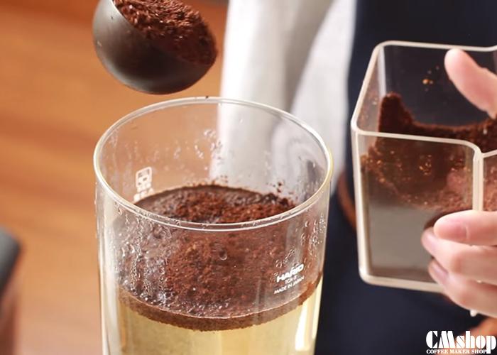 Đổ cà phê vào khi bọt khí bắt đầu nhỏ hơn