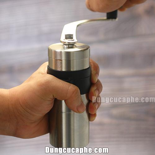 Đang xay thử cà phê bằng máy xay cà phê của Nhật Porlex mini