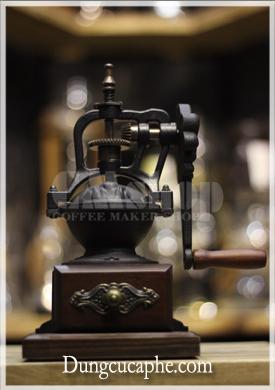 Ảnh chụp trực diện máy xay cà phê bằng tay cổ điển Time More 04WD