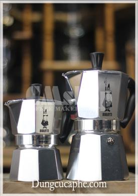 Ấm Moka 3 cup bên trái đo dáng ấm 6 cup bên phải