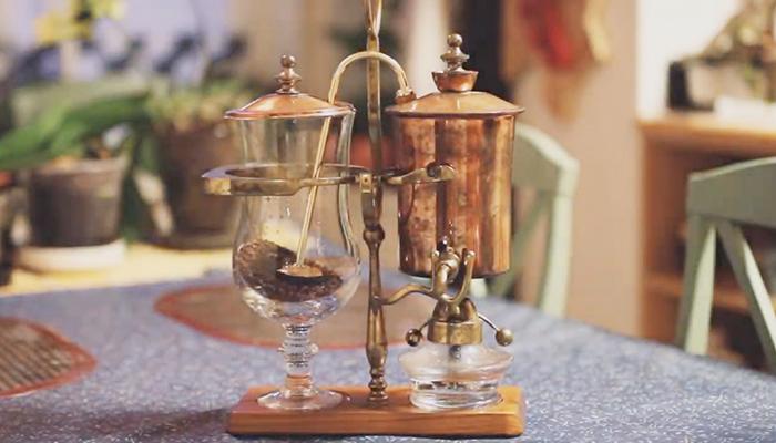 1.Thêm cà phê vào bình Syphon Balance xay mịn 15gr cho 250ml nước