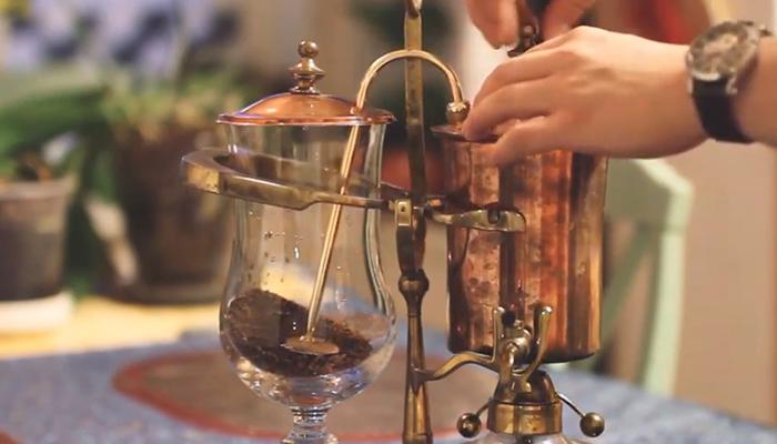 2. Tháo nắp của bình đựng và đổ nước vào