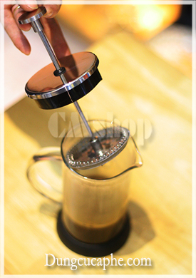 Thiết kế bình pha cà phê French Press rất đơn giản, với 1 bình thủy tinh và 1 pít tông có màng lọc