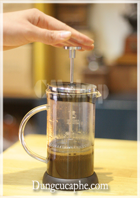 Cơ chế nén pít tông của bình pha cà phê French Press