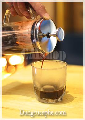 Thưởng thức một lý cà phê pha bởi French Press Time More 250ml