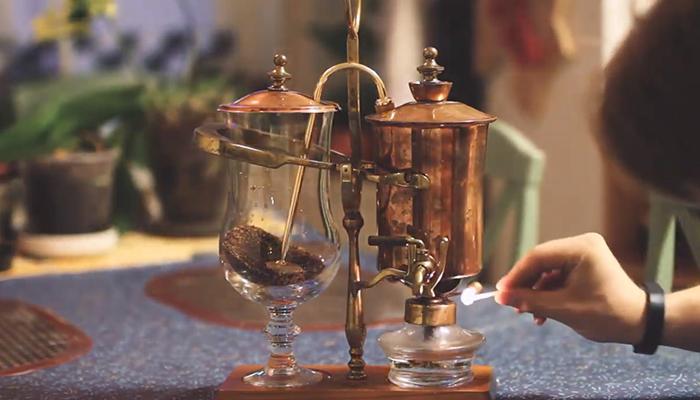 5. Châm lửa bếp cồn của bình Syphon Balance
