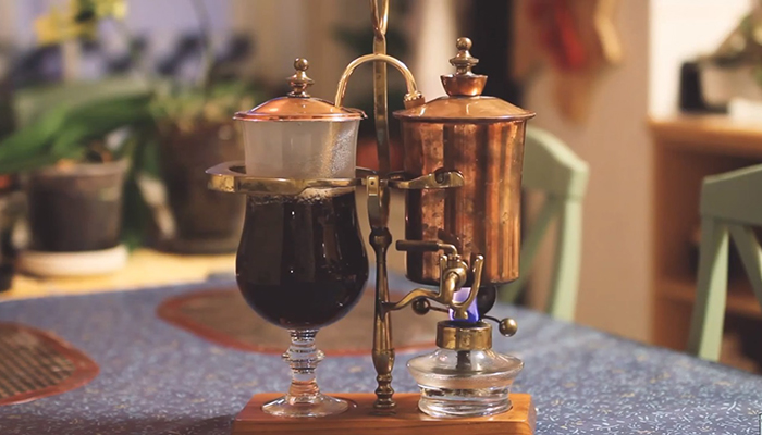 7. Khi nước đi sang hết bên bình thủy tinh đựng cà phê. Bếp cồn sẽ tự đóng nắp