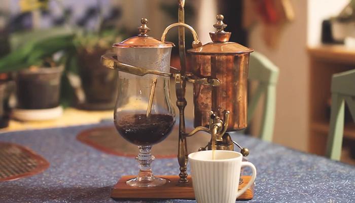 8. Lúc này bạn chỉ cần mở vòi và cà phê sẽ chảy ra