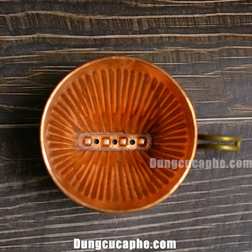 Bên trong 3 lỗ thoát phễu lọc đồng đỏ Hammer Copper 102