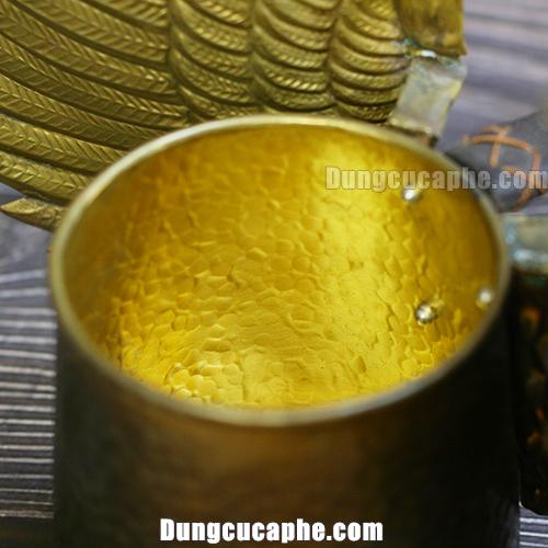 Bên trong bình rót cafe thấy rõ màu vàng óng của lớp đồng thau