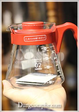 Bình cà phê cũng màu đỏ xuyệt tông với phễu lọc và thìa đong
