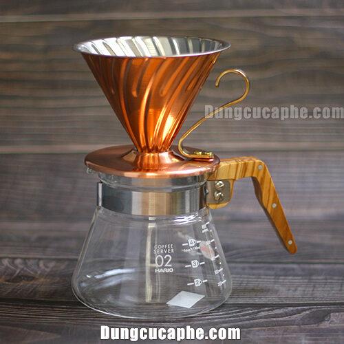 Bộ pha cà phê gồm một phễu đồng hario và một bình đựng gỗ olive