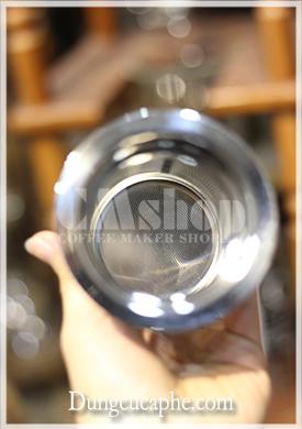 Các lỗ nhỏ li ti ngăn chặn bột cà phê rơi vào trong bình chứa