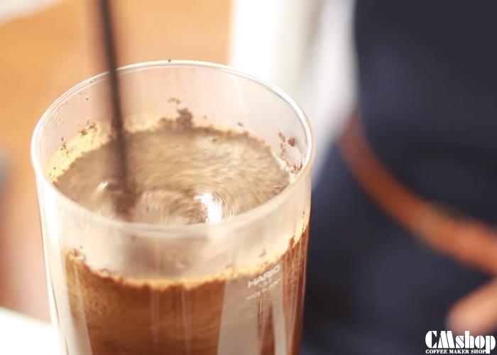 Dùng thìa tre khuấy đều cà phê Syphon