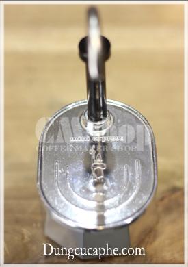 Dập nổi dòng chữ Mini Expresso và logo hãng Bialetti trên phần kê cốc
