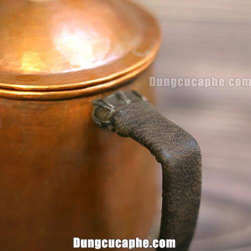 Da bò thật được khâu tỉ mỉ bọc tay cầm của ấm rót cà phê bằng đồng Hammer S600