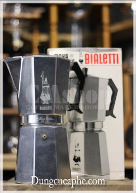 Espresso Bialetti Moka Express 18 cup với logo xám nhạt khắc trực tiếp lên thân ấm