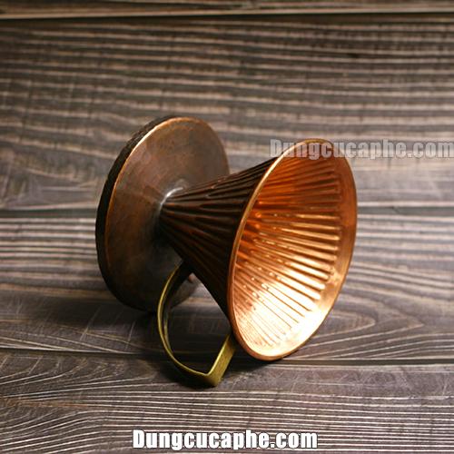 Góc chụp nghiêng của phễu lọc cà phê đồng đỏ Hammer 02