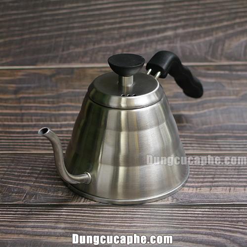 Hình ảnh ấm rót cà phê được chụp thực tế tại cửa hàng