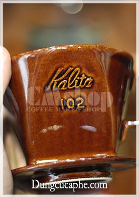 Logo Kalita dập nổi bật trên mặt gốm