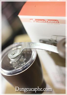 Logo Tiamo khắc vào trục tay xay cà phê