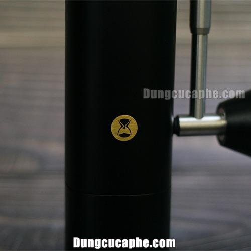 Logo bằng đồng được dập trên thân máy Timemore Chetsnut X