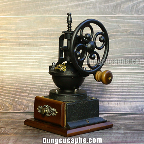 Máy xay tay cổ điển BENG 8701-1 là một trong những mẫu máy xay cà phê cổ phù hợp làm quà tặng và trang trí.