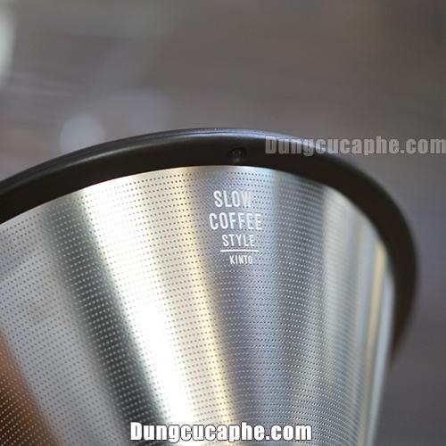 Mắt lưới của phễu lọc kim loại Kinto rất mau nên loại bỏ cặn bột cafe khá tốt