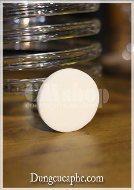 Miếng lọc gốm với cấu trúc rỗng xốp - cho nước đi qua còn bã cà phê ở lại