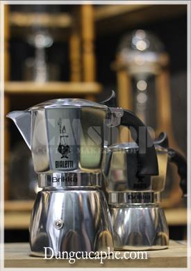 Moka Brikka 4 cup có kích thước lớn gấp đôi M0ka Brilka 2 cup, và tương đương ấm Moka Express 6 cup