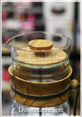 Nắp và cổ được làm từ gỗ ô-liu tạo nên vẻ đẹp thanh thoát cho bình Hario Press