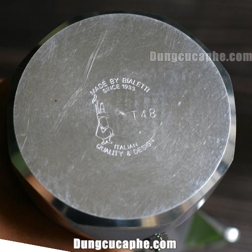 Phần đáy ấm pha Moka Pot Brikka 4cup có dập logo và dòng chữ