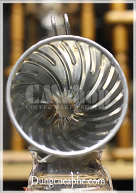 Phễu lọc cà phê Hario kim loại màu bạc với gân nổi trong lòng