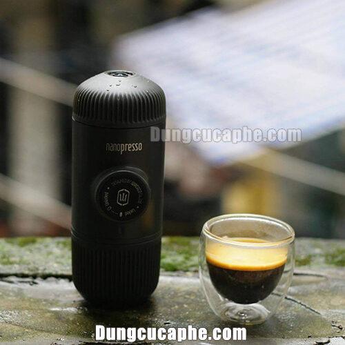 Pha thử dụng cụ nén espresso bằng tay Nanopresso tại cửa hàng của iCup