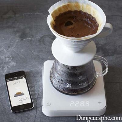Sử dụng cân điện tử khi pha chế cà phê.