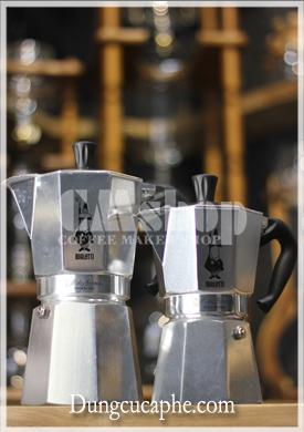 So sánh kích thước ấm Moka 9 cup bên trái và 6 cup bên phải