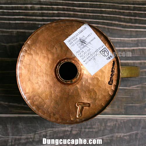 Tất cả phễu lọc cà phê Hario đều được làm thủ công có thể thấy rõ vết búa gò