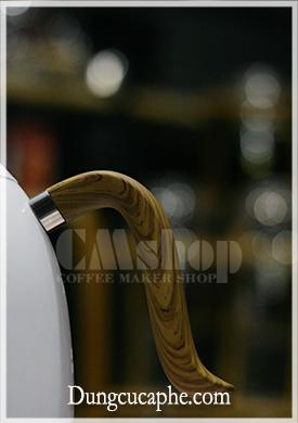Tay cầm chắn chắn và được thiết kế vân gỗ đẹp của ấm Brewista Artisan