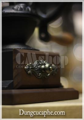 Tay núm hộc đựng cà phê bằng đồng với hoa văn cổ