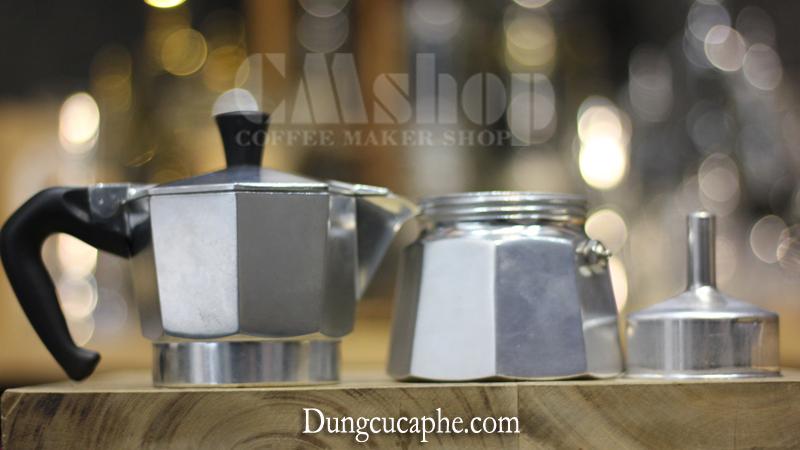 Tháo rời các bộ phận của ấm Moka Pot Express Trừ trái sang - phần chứa cafe sau khi pha - phần chứa nước - phễu chứa bột cà phê