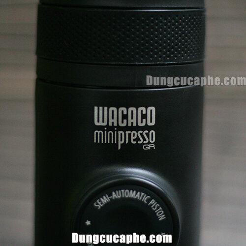 Thương hiệu Wacaco Minipresso GR được in trên máy nén bằng tay Espresso