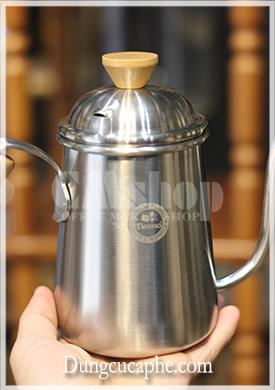 Trên tay ấm rót cà phê Drip của Tiamo