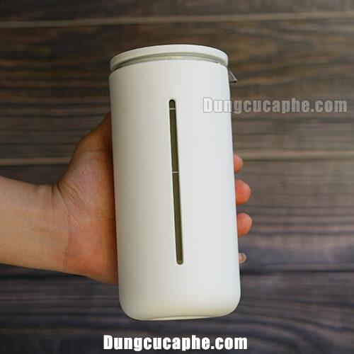 Trên tay là bình pha trà và cà phê French Press Timemore Travel màu trắng