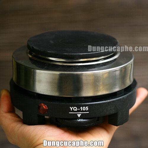 Trên tay là bếp điện Moka Pot với ưu thế nhỏ gọn, tiện lợi