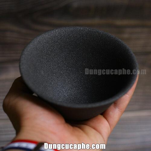 Trên tay là bộ lọc bằng gốm trà và cà phê Kyuemin Ceramic Filter Japan