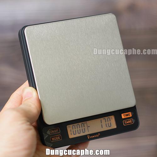 Trên tay là cân điện tử Brewista Smart II phiên bản pha cà phê Espresso
