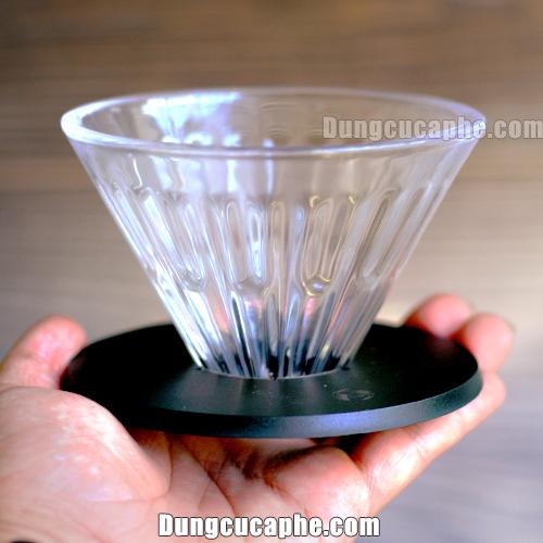 Trên tay là chiếc phễu lọc cà phê Pour Over Timemore size 01